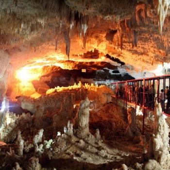 Tournée de la spéléologie aux grottes en Iran